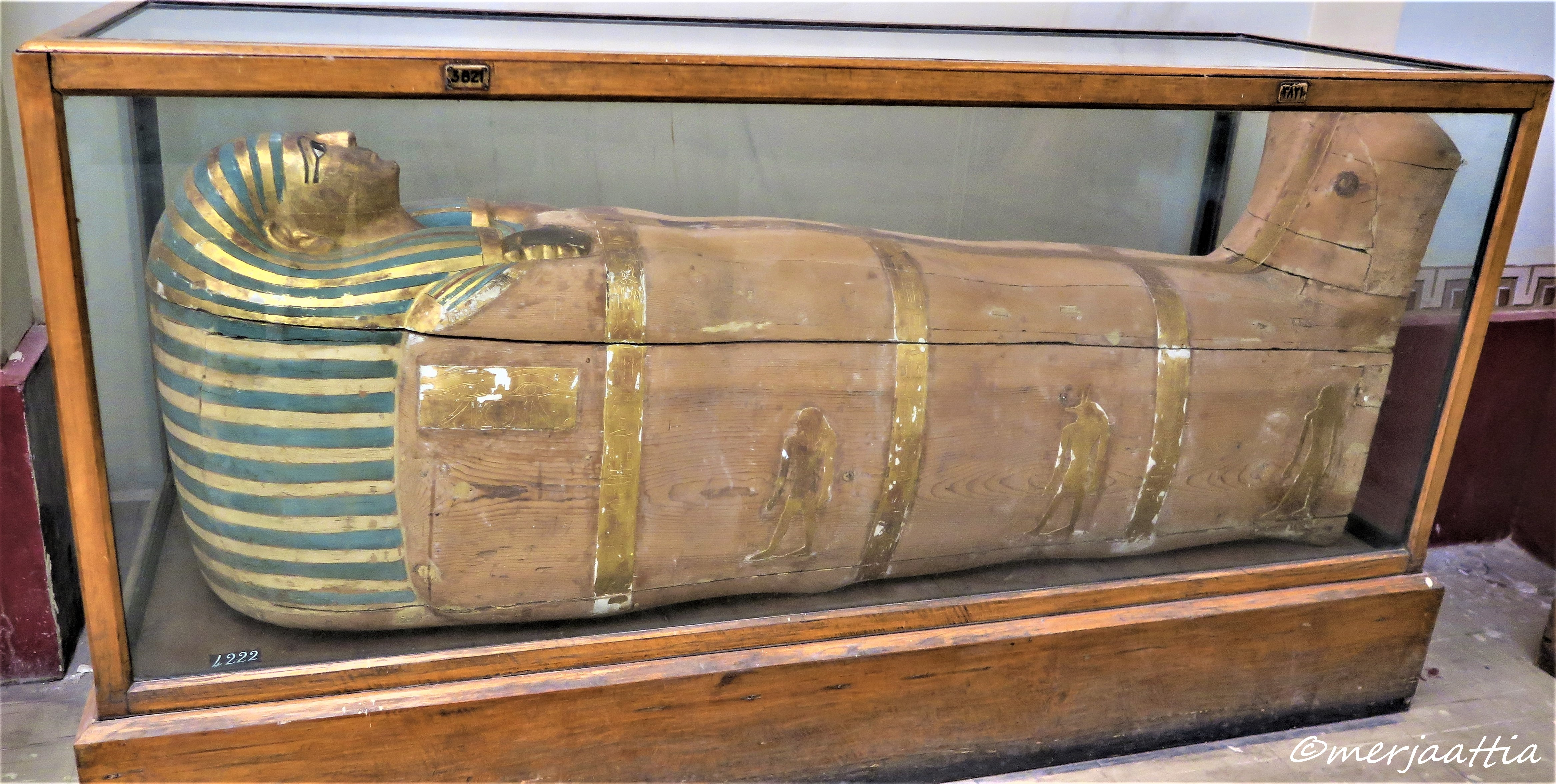 Middle unused coffin